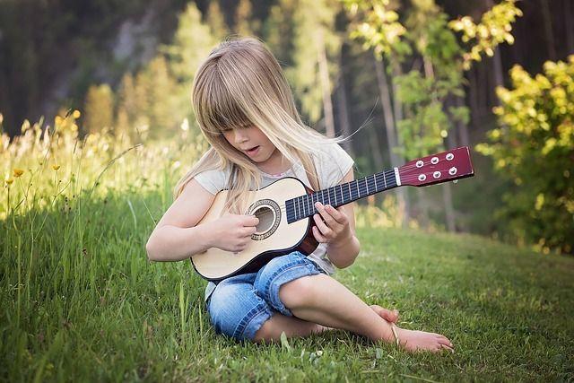 Mädchen mit Instrument